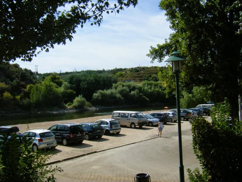 Parque de estacionamento junto á praia fluvial