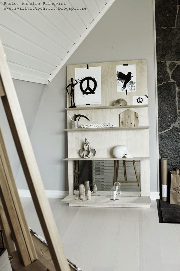 konsttryck, artprint, artprints, tavlor, tavla, svart och vitt, svartvita, diy hylla, ateljé, arebtsrum, vitt och grått, gråa, plywood hylla, kranium, döskalle, spegel