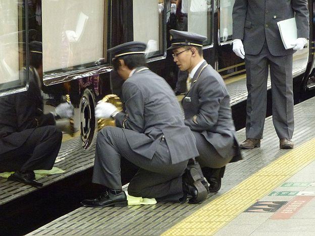 エレベーターに乗る両陛下