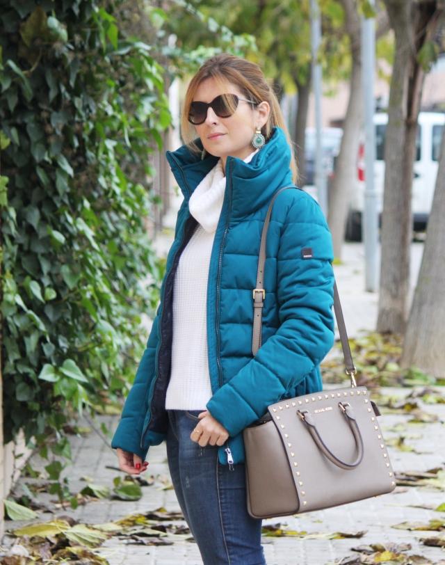 Jeans, jersey de punto y abrigo de plumas