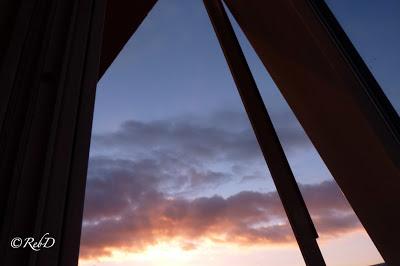 Öppnat fönster. Himmel med soluppgång. foto: Reb Dutius