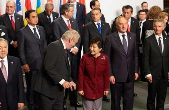 President Park Geun-hye ทักทายผู้นำ