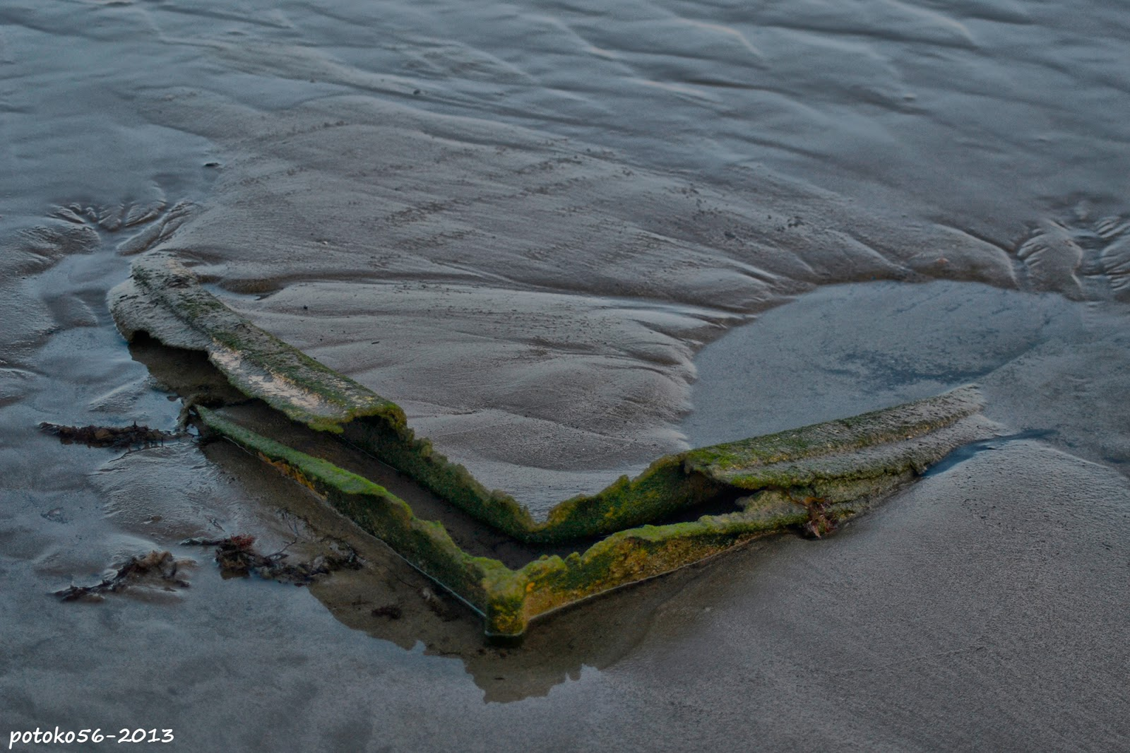 la barca enterrada en la orilla Rota
