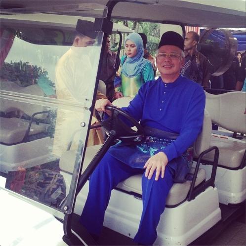 Datuk Seri Najib Razak berbaju Melayu Biru dihari raya