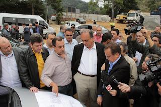 Comitivas do Governo do Estado e da Prefeitura de Teresópolis visitam as obras de infraestrutura das casas populares na Fazenda Ermitage