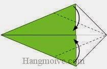 Bước 13: Gấp chéo hai cạnh tờ giấy vào trong.