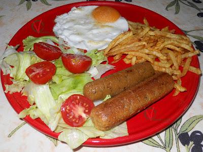 Salchichas de seitán en plato combinado.