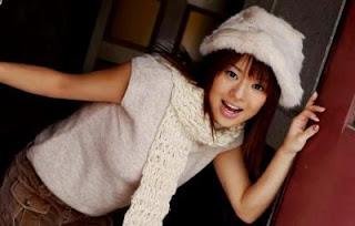 Sora Aoi con gorro y chalina invernal