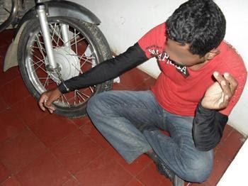 Presos são algemados em roda de moto em delegacia provisória