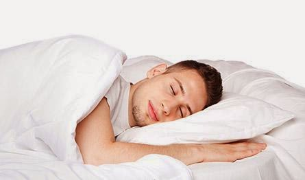 كيف تتمتع بنوم هادئ ومريح - رجل نائم - man sleep sleeping