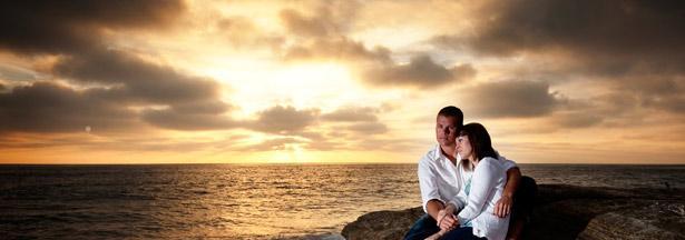 8 نصائح لحياة زوجية سعيدة  - رجل يحضن امرأة ساعة لحظة الغروب - man hugging woman at sunset
