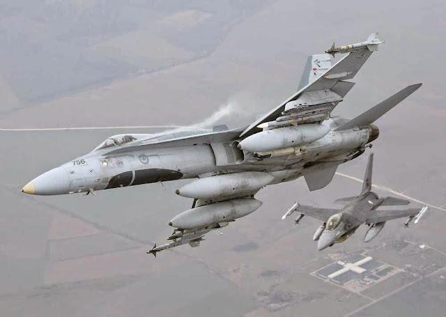 F-16 português e Hornet canadense cuidam do policiamento no Báltico  desde a base lituana de Siauliai.