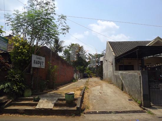 Ini merupakan jalan masuk bagi pejalan kaki atau kendaraan bermotor untuk masuk kompleks Candi Badut Malang.