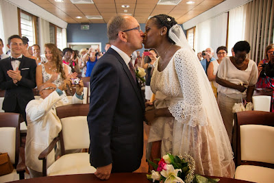 les mariés s'embrassent - Guadeloupe - mairie du Gosier