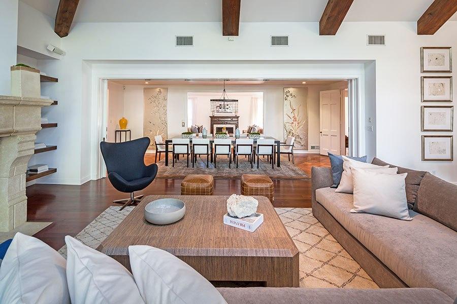 me encantan esos grandes espacios abiertos comunicados y su interiorismo sencillo y elegante lleno de detalles y con la gama de los tonos neutros como - Interioristas Famosos