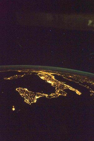 SEORANG angkasawan di Stesen Angkasa Lepas Antarabangsa merakamkan imej Itali termasuk Pulau Sicily (kiri) yang dipenuhi dengan cahaya lampu kelmarin.