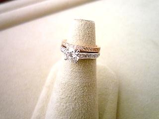コンビで重ねつけゴージャスなエンゲージリング(婚約指輪)とマリッジリング(結婚指輪)です。
