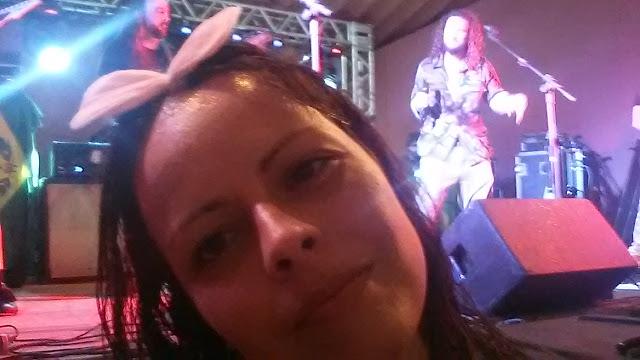 Selfie com a Armahda: vocalista iluminado e um baixista na cabeça