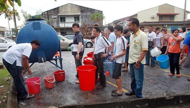 Orang ramai beratur nak ambil air