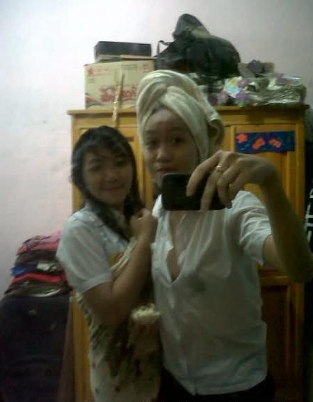 Foto Hot ABG SMP Exis Telanjang Mandi Bareng | http://duniagede.blogspot.com