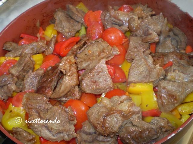Straccetti di manzo in peperonata ricetta di manzo stufato con peperoni