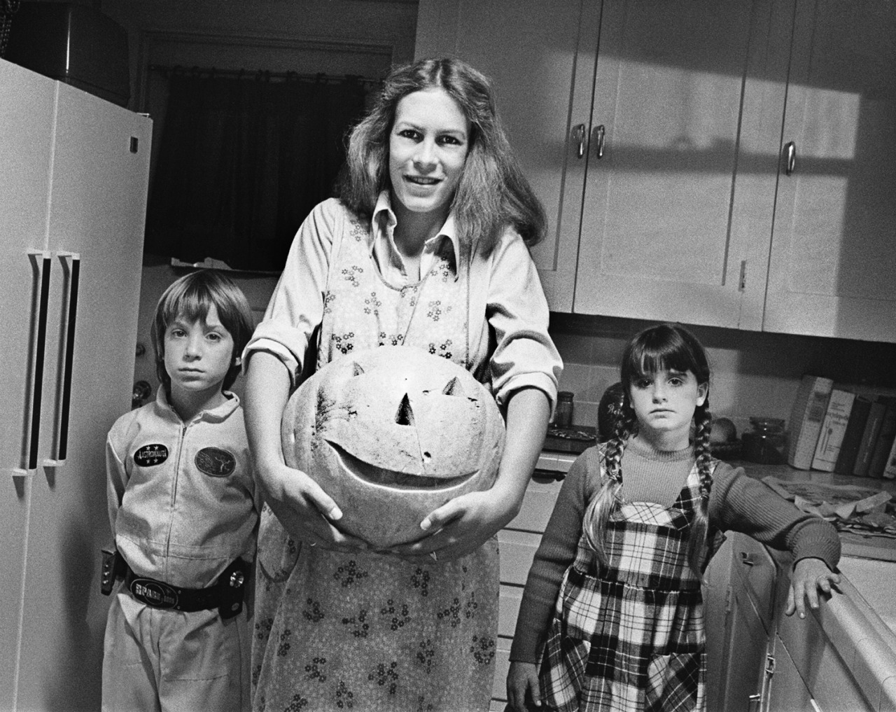 brian andrews jamie lee curtis and kyle richards on set of the movie halloween 1978