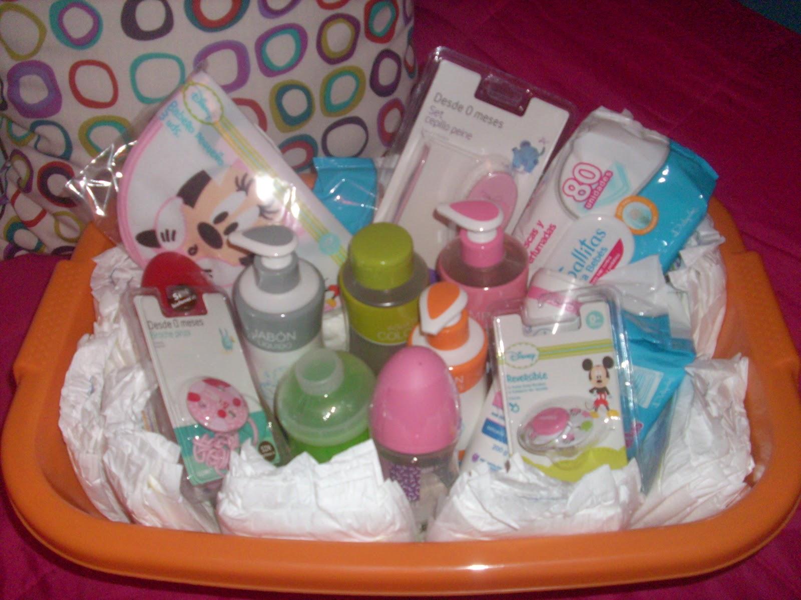 Esta curiosa cesta está llena de regalos, todo para el bebé, en este