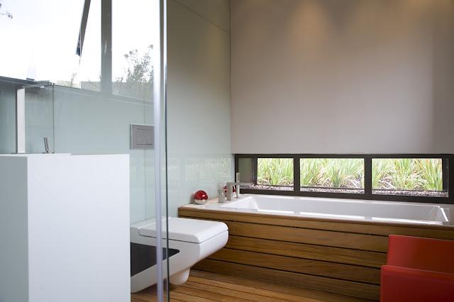 Small modern bathroom in the Serengeti House by Nico van der Meulen Architects
