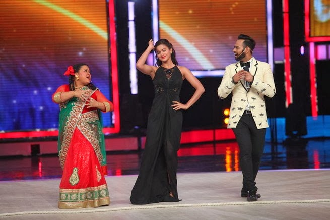 http://1.bp.blogspot.com/-59OndDrOasE/UxtUclywqZI/AAAAAAABru4/1i6GGu-iF3g/s1600/Madhuri+&+Juhi+Chawla+promotes++Gulab+Gang+on+India%27s+Got+Talent+Finale+(2).jpg