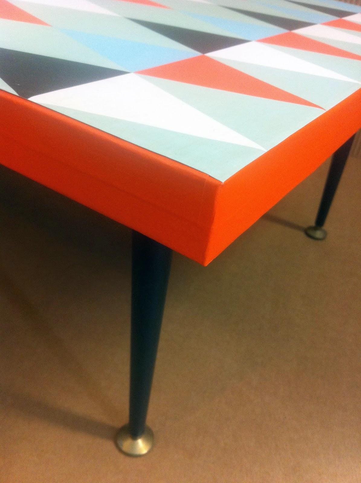 table basse en carton. plateau à motif géométrique. pieds en métal. fabriquée à marseille par juliadesign