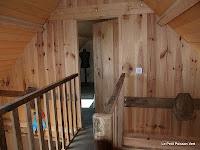 De 'brug' met de deur van de slaapkamer