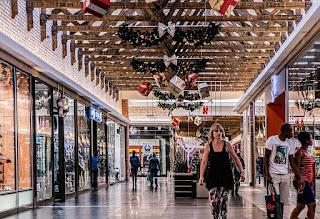 https://pixabay.com/static/uploads/photo/2014/11/08/19/45/shopping-mall-522619_640.jpg