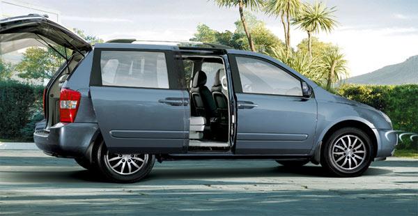 Kia Carnival - A minivan Carnival atende às necessidades das famílias numerosas, mas também é um excelente veículo para acomodar e transportar confortavelmente os executivos.