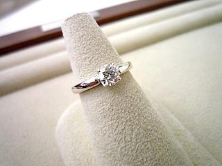 オーダーエンゲージリング(婚約指輪)はシンプルで機能的なデザインで。