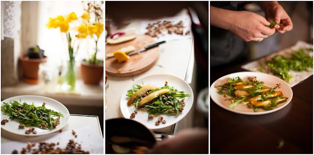 Выкладываем грушу, рукколу и орехи на тарелку