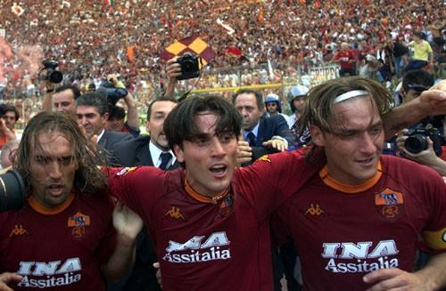 2001-06-17-Roma-Parma-3-1-gol+2-0-Montella+festeggiato+da+Totti+e+Batistuta.jpg