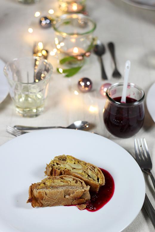 Vegetarisches Weihnachtsmenü: Wirsing-Maronen-Strudel mit Cranberrysauce, Holunderweg 18