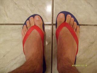 Homem de chinelo de dedo Havaianas