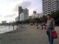 Rafael en la playa del barrio Castillo Grande de Cartagena. Atrás, el bosque plantado por él.