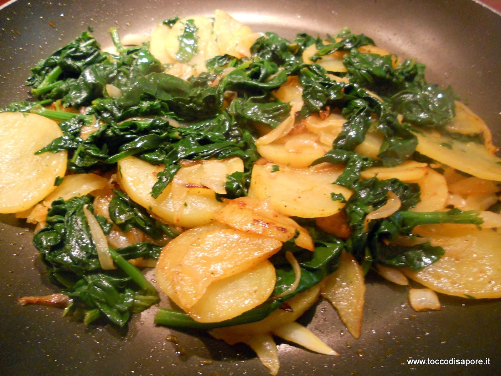 Patate, cipolla e spinaci in padella