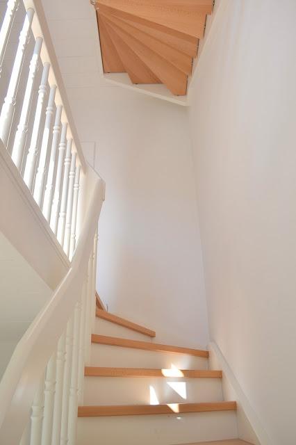 BTREE Ein weißes Treppenhaus