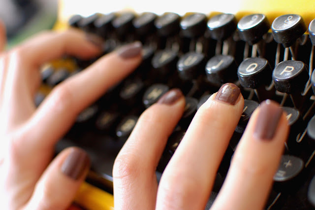 OPI-over-the-taupe-mains-machine-a-ecrire-jaune-typewriter-yellow-vintage-test-beauté-vernis-nail-lacquer