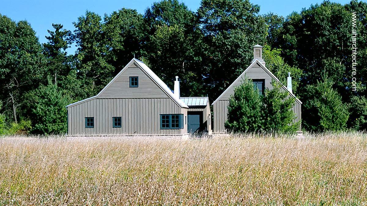Residencia rural formada con tres graneros de madera en Minnesota área rural