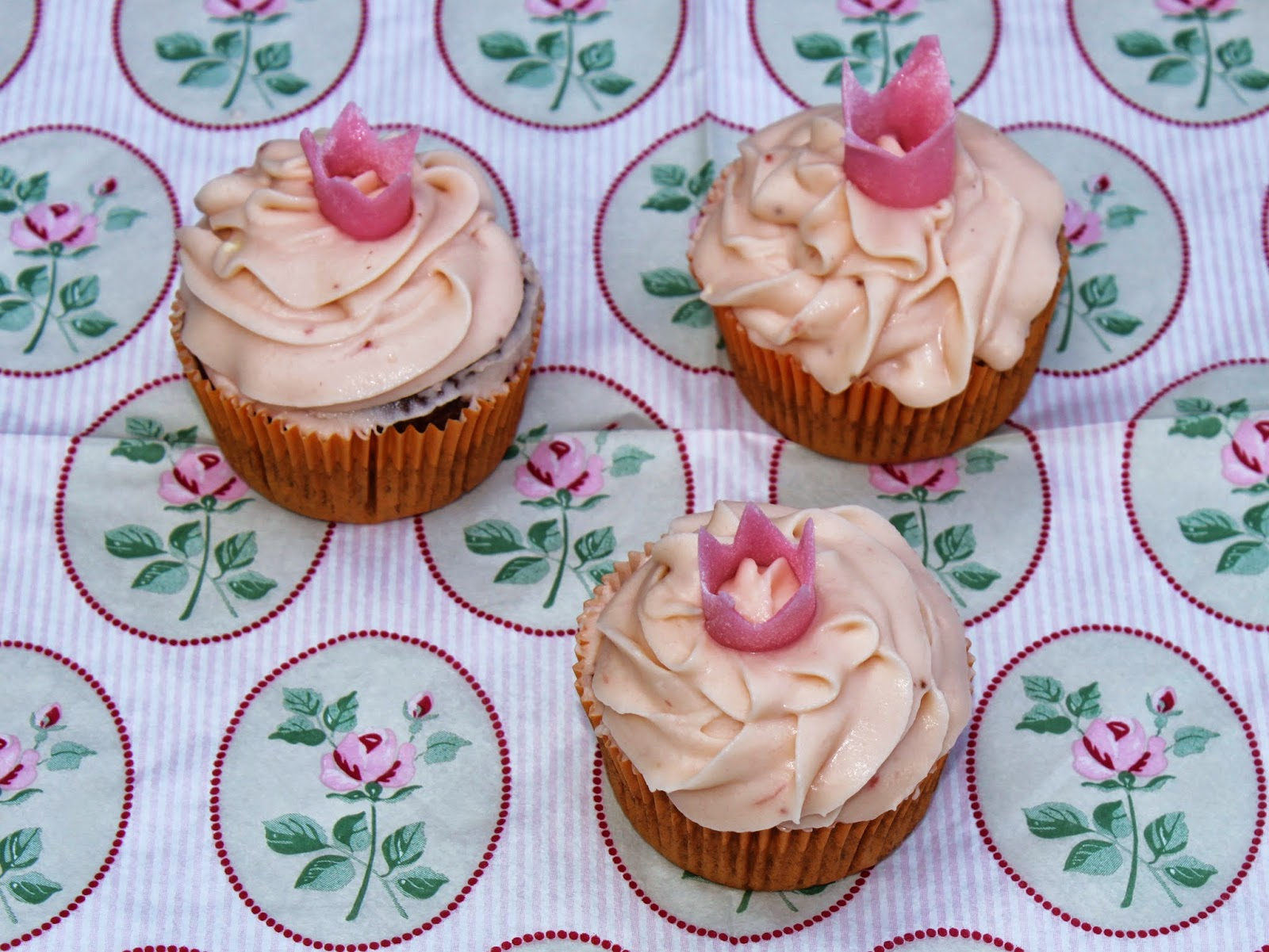 schoko cupcakes mit erdbeer cupcake topping gebi. Black Bedroom Furniture Sets. Home Design Ideas