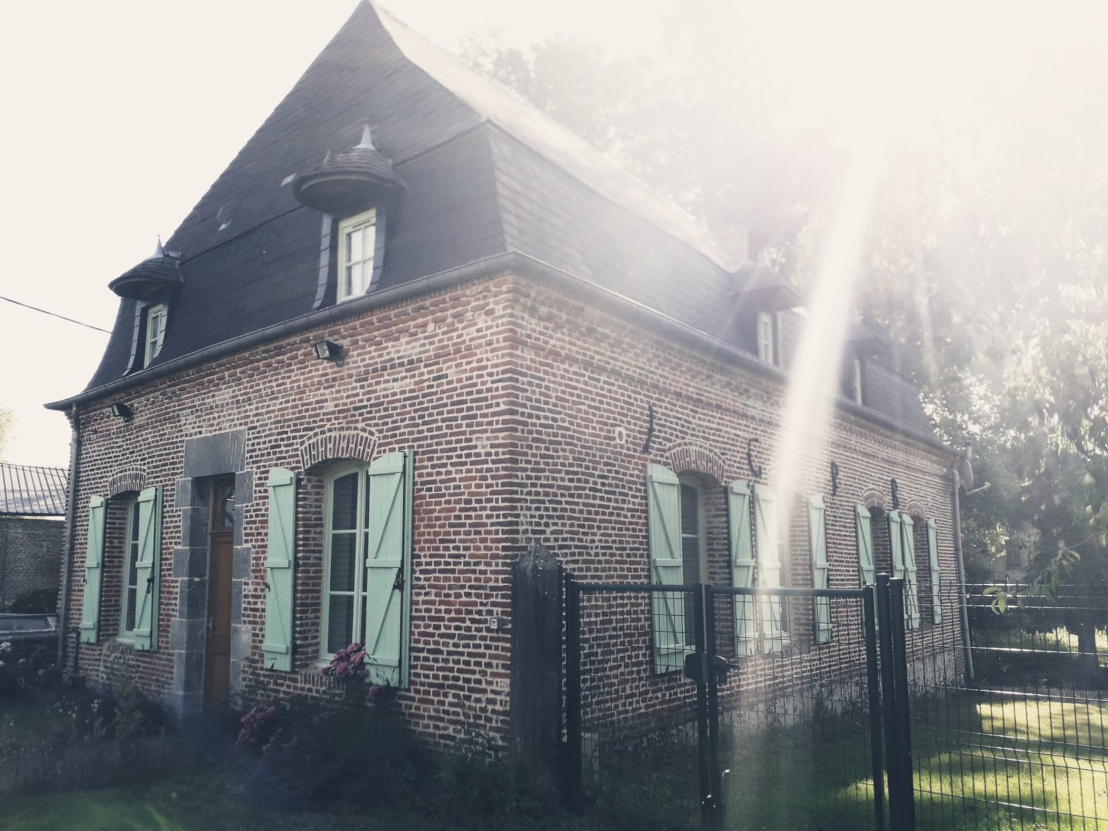 Nouvel atelier et nouveau lieu de vie ..Situé à 8 km de Guise direction Vervins..