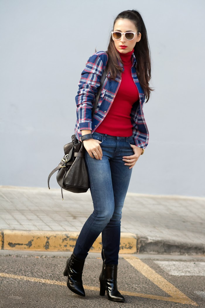 Comfy casual and chic look with skinny jeans and red lips