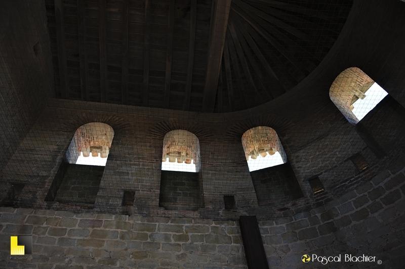 Dans une des tour des remparts de Carcassonne détail de toiture photo pascal blachier