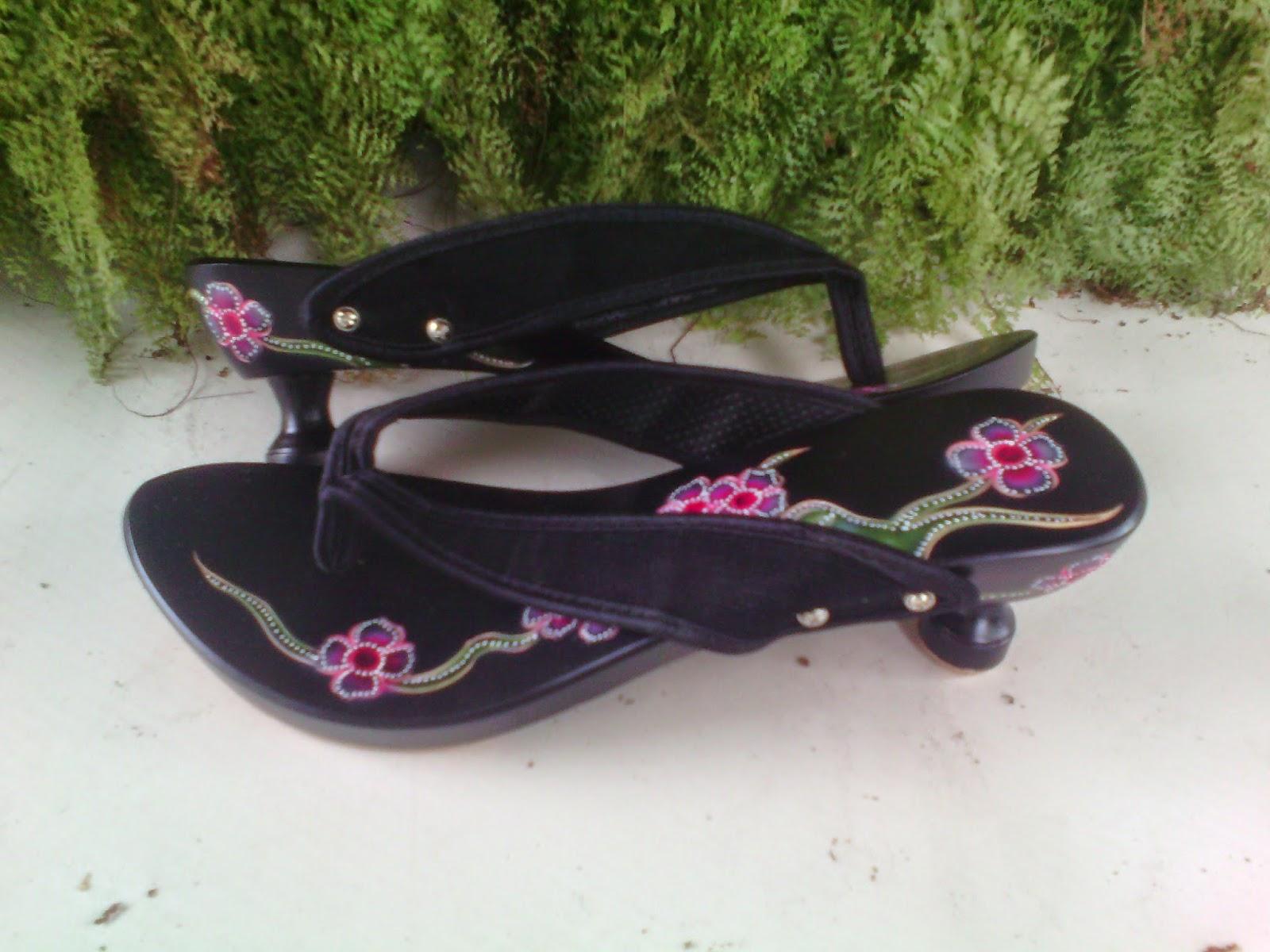Belanja Sandal Wanita (Kelom Geulis Tasikmalaya)
