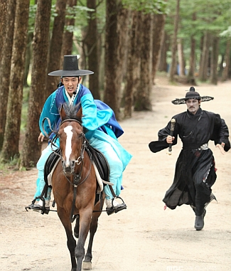 Eun Oh saving Arang from the Reaper via heyladyspring.com