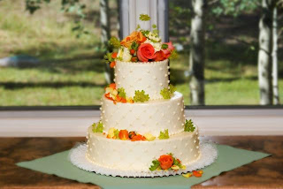 Decorate your wedding cake with fresh flowers